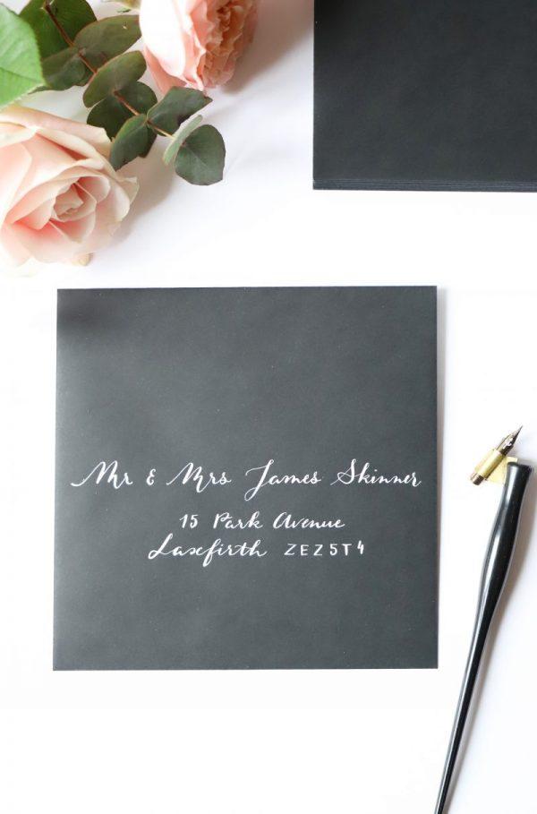 Jolie écriture calligraphie sur enveloppe