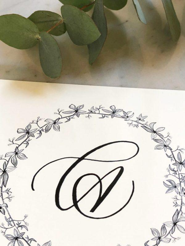 Calligraphie monogramme et couronne de feuillage