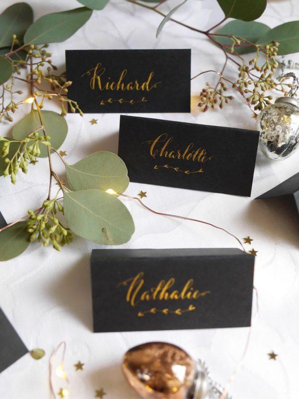Chevalet de table calligraphie plume à l'encre dorée