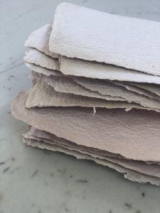 Les premières feuilles de papier fait-main