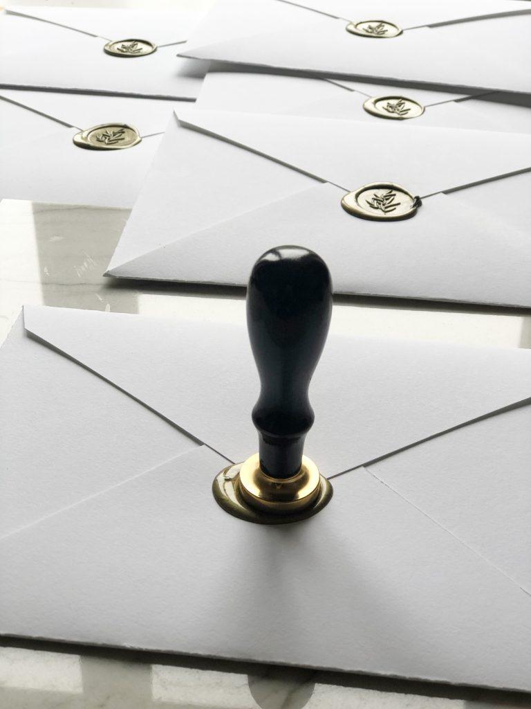 cachet de cire sur enveloppes sur mesure